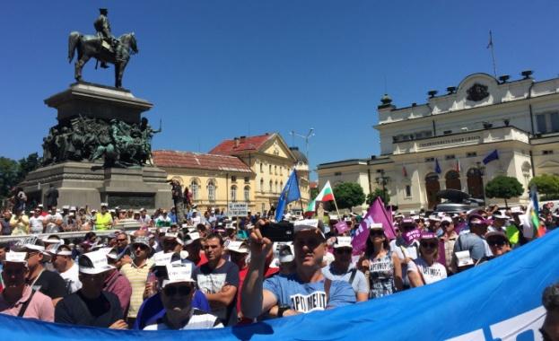 Хиляди служители от системата на МВР излязоха на протест навръх