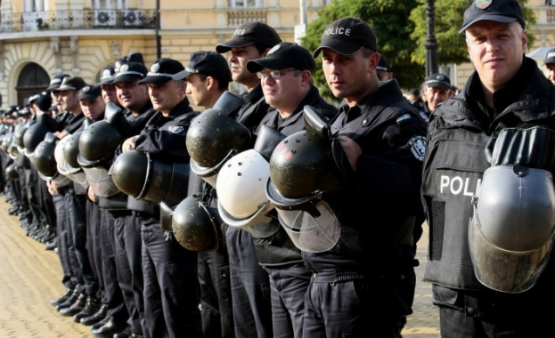 Със закъснение започна протеста на служителите на МВР пред Народното