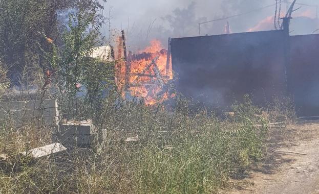 Овладян е голям пожар в района на бургаския квартал