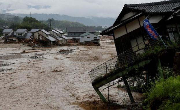Най-малко 29 души са загинали в незапомнените наводнения, които заляха