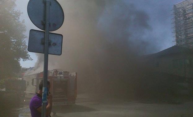 """Голям пожар гори в столичния квартал """"Стефан Караджа"""