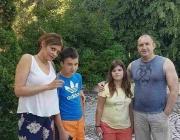 Снимка на президента и жена му с двете деца от Вълчан дол трогна социалните мрежи