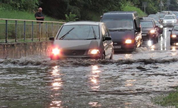 Бури, порои и градушки удариха някои някои части на страната