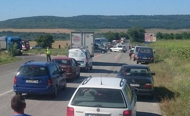 Зловеща катастрофа затвори пътя Варна-Албена преди Кичево, съобщава Varna24. Джип