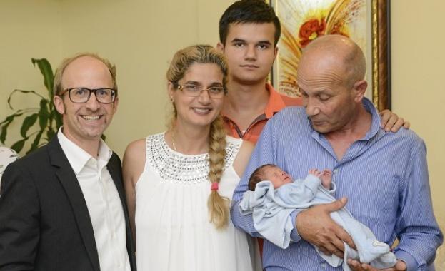 Бебето Николай, което се роди в самолет, вече е на родна земя