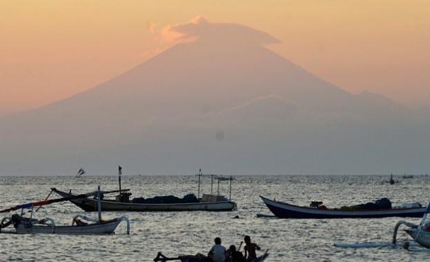 Над 34 000 души напуснаха околностите на вулкана Агунг на