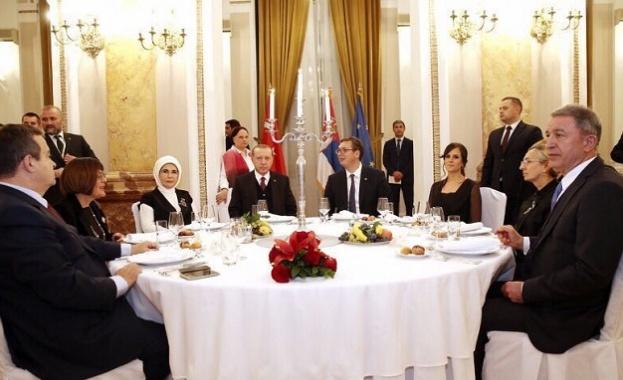 """Вицепремиерът на Сърбия изпя """"Осман ага"""" в чест на Ердоган (видео)"""