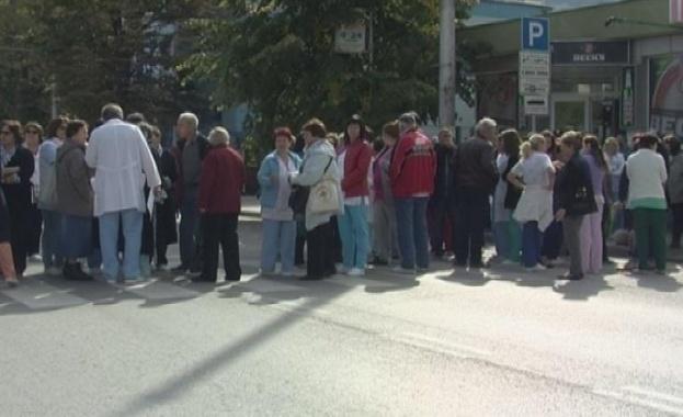 Хоро в знак на протест блокира булевард във Враца