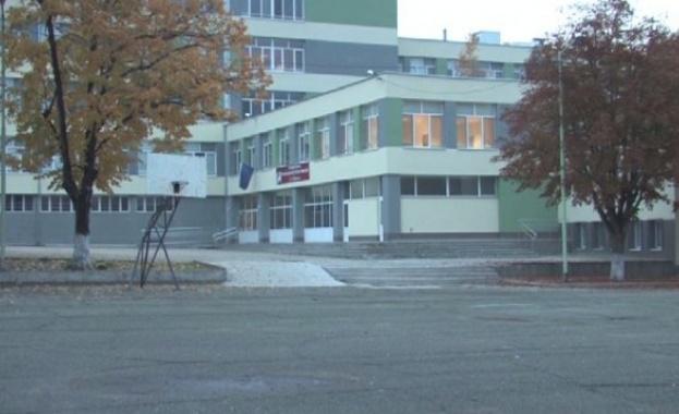 Осмокласник сложил скритата камера в тоалетната на гимназията в Стара Загора