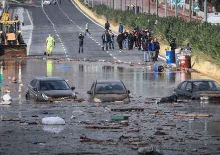 Откриха мъж, стоял 24 часа затиснат в колата си в Гърция