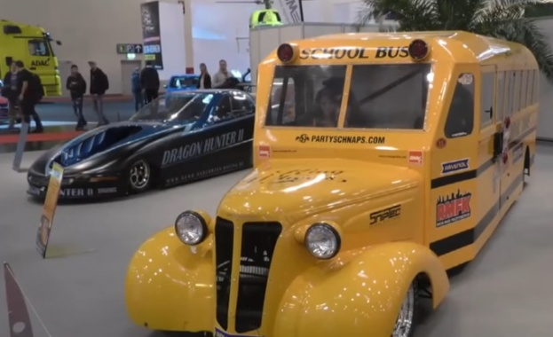Показаха училищен реактивен автобус на автомобилното изложение в Есен