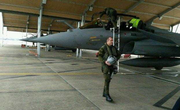 """Президентът Радев полетя, бомбардира и кацна успешно с френския изтребител """"Рафал"""""""