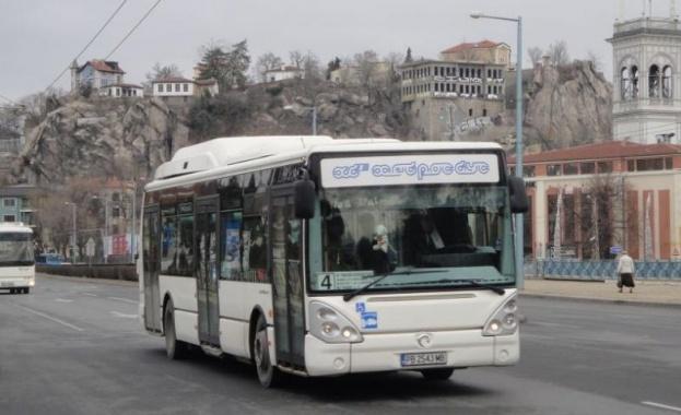 Автобус на градския транспорт се удари в жилищен блок в Пловдив