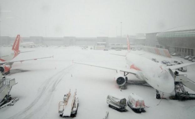 Снежна буря връхлетя Британските острови. Заради обилния снеговалеж бяха временно