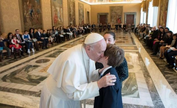 Папата покани болни деца във Ватикана за рождения си ден