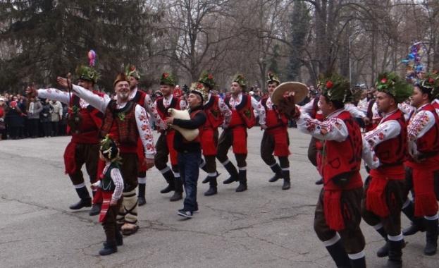 На Коледа, по ямболски, със завладяващия танц на неповторимите ямболски