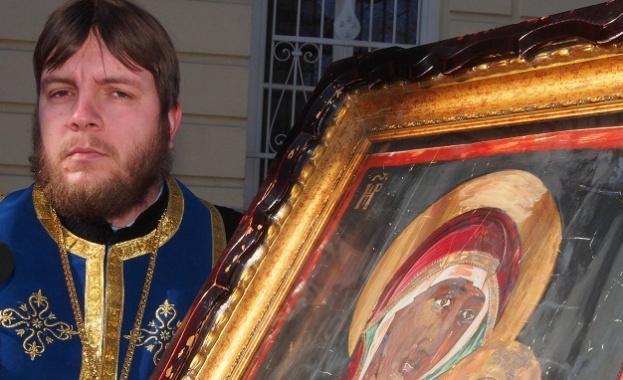 Десетки миряни посрещнаха чудотворната икона на Божията майка