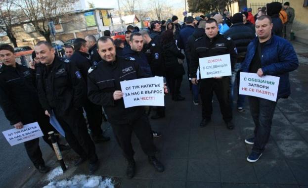 """Служителите на затворите: Във  всички затвори, арести и съдилища върви подписка """"Европа и за нас"""""""