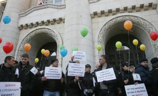 Служителите на затворите излизат на протест по време на среща на европейските министри на правосъдието