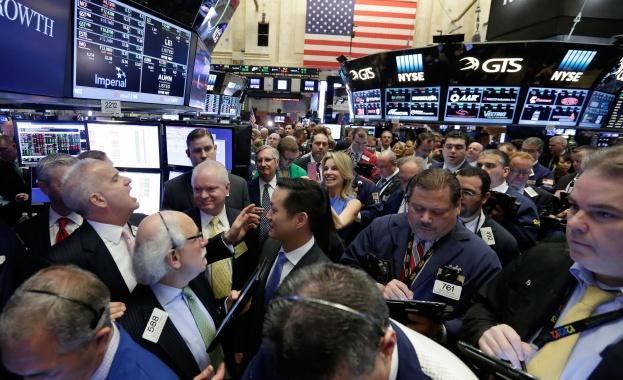 Понижение на акциите в края на една силна седмица за Уолстрийт