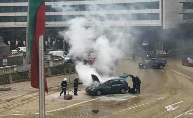 Кола пламна пред парламента тази сутрин. Шофьорът не е пострадал,