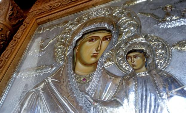 Чудотворната украинска икона на Света Богородица е изложена за поклонение