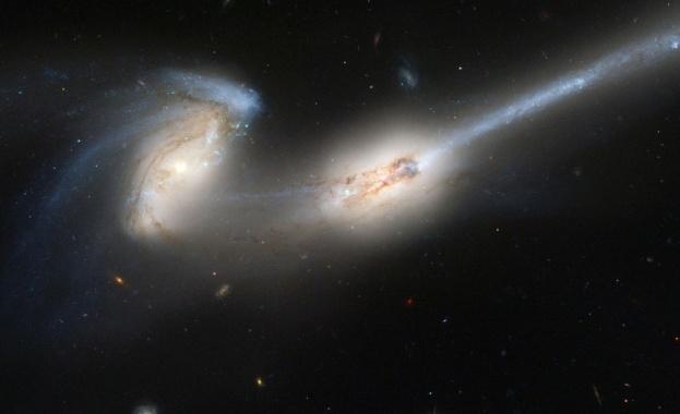 """""""Хъбъл"""" засне сливане на галактики"""