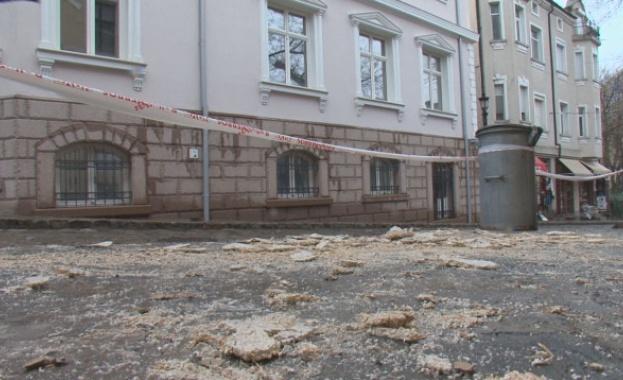Мазилка падна от къща в Стария град в Пловдив и