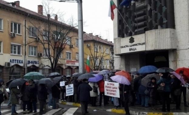 Десетки врачани се събраха на протест в проливния дъжд срещу