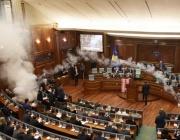 Косовски депутати разпръснаха сълзотворен газ в парламента