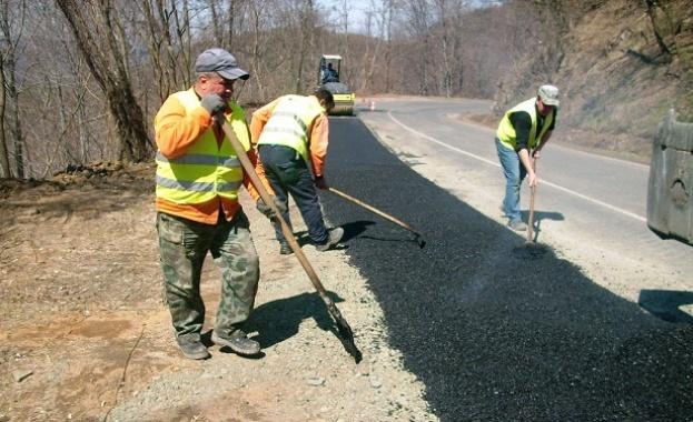 Продължава ремонтът на 6 км от третокласния път III-865 Ардино