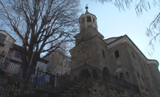 """С """"харизан"""" труд възстановяват църквата """"Св. Св. Константин и Елена"""" във Велико Търново"""