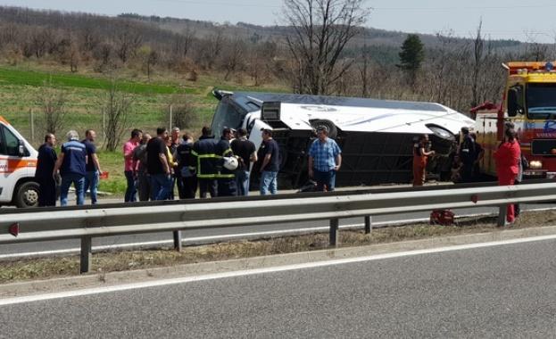 Шофьорката, блъснала автобуса край Вакарел, остава в ареста