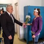Министър Валентин Радев посети ударената от бомбичка по време на мач полицай Гергана Зашева