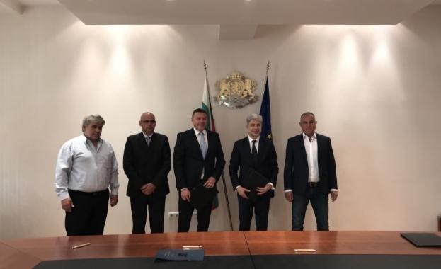 Министърът на околната среда и водите Нено Димов подписа договор