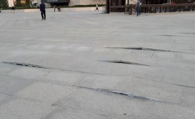 Спешен ремонт пред НДК - поправят отново настилката пред конгресния