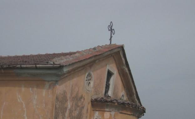 Църква, строена преди век и половина, е пред срутване в