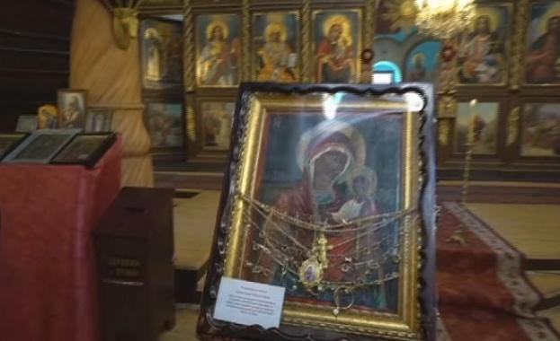 Врачани посрещнаха снощи чудотворната икона на Света Богородица от одеското