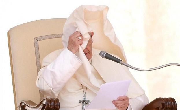 Вятърът погоди забавен номер на папата