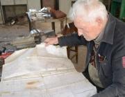 88-годишен шлосер чете чертежи без очила