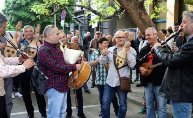 Музикантите от БНР посрещат евролидерите с протестен концерт