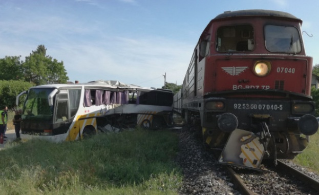 Разследват катастрофата между влак и автобус