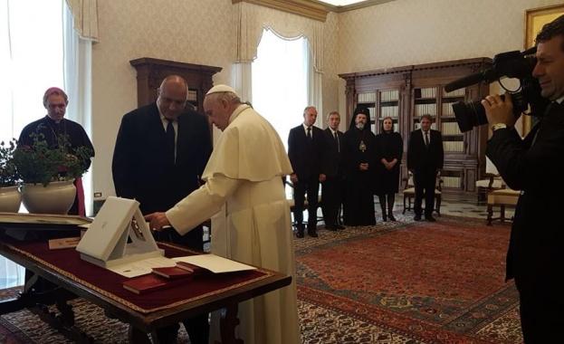 Премиерът Бойко Борисов бе посрещнат във Ватикана с военни почести