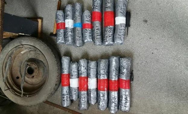 14 пакета с канабис, укрити в тайници на лек автомобил