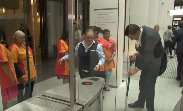 Холандският премиер Марк Рюте почисти сам разлятото си кафе и