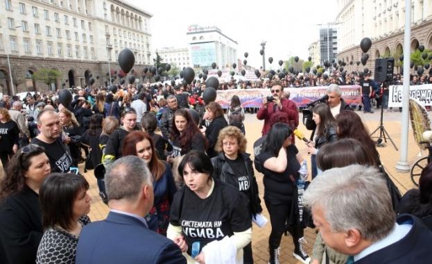 Протестиращите майки на деца с увреждания заедно с омбудсмана Мая