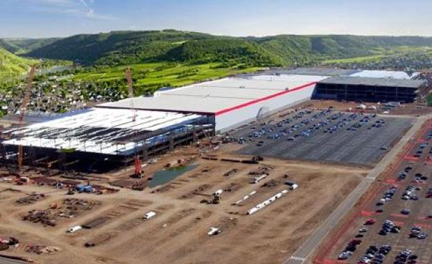 Две седмици, след като потвърди, че Tesla ще строи завод