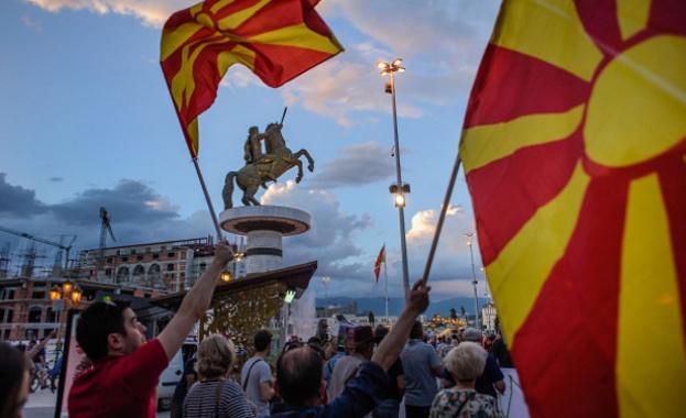 Хиляди хора протестираха снощи пред сградата на парламента в Скопие