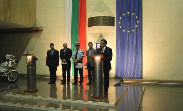Министрите Радев и Нанков с апел към водачите Ограничаваме максимално