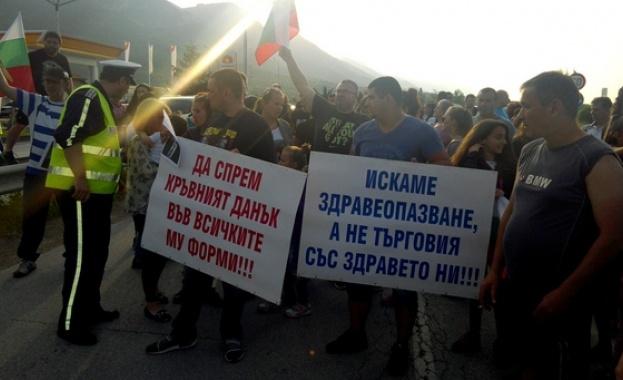 Лекари и медицински сестри от болницата във Враца протестираха заради